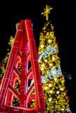 Licht op Kerstboom om Kerstmis en Nieuwjaarfestival te vieren Royalty-vrije Stock Afbeeldingen