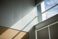 Licht reflektierend auf der Wand mit dem Licht, das während der Fenster, selektiver Fokus überschreitet stockfotos