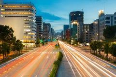 Licht schleppt auf der Straße an der Dämmerung in den sakae, Nagoya Japan Lizenzfreies Stockfoto