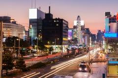 Licht schleppt auf der Straße an der Dämmerung in den sakae, Nagoya-Stadt Lizenzfreie Stockfotografie