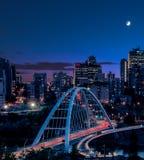 Licht schleppt, während Verkehr über die neue Brücke während der blauen Stunde in Edmonton YEG geht, Alberta, Kanada lizenzfreie stockfotos