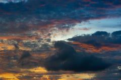 Licht am Sonnenuntergang und an der Wolke in der Dämmerung Lizenzfreies Stockbild