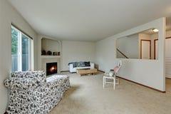 Licht Tont Elegantes Wohnzimmer Mit Kamin In Der Ecke Stockfotos