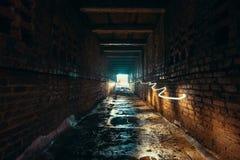 Licht und Ausgang im Ende des dunklen langen Ziegelsteines verließen industriellen Tunnel oder Korridor oder Abwasserkanalkanal,  Stockfotos