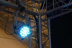 Licht und ein Schatten des Stadiumsreflektors Stockbild