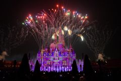 Licht- und Feuerwerkszeigung in Shanghai Disneyland Lizenzfreie Stockfotografie