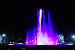 Licht und Musik zeigt in der Schüssel der olympischen Flamme Russland S Lizenzfreie Stockfotos