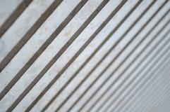Licht und Schatten auf modernen Spalten in der Diagonale Stockbilder