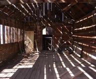Licht und Schatten in einer alten Bretterbude Stockbild
