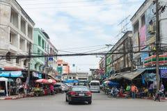 Licht verkeer op een typische straat van de binnenstad in centraal Krabi-Slepen Royalty-vrije Stock Foto
