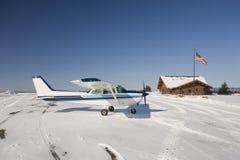 Licht vliegtuig op luchthaven in de winter Stock Afbeelding