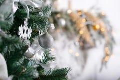 Licht von den Girlanden Weihnachtsbaum verzierte Ballnahaufnahme Stockbild