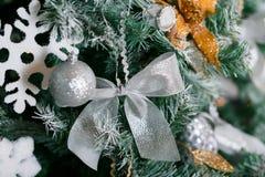 Licht von den Girlanden Weihnachtsbaum verzierte Ballnahaufnahme Stockfotos