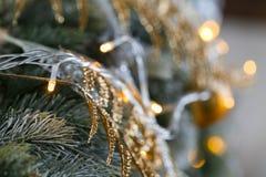 Licht von den Girlanden Weihnachtsbaum verzierte Ballnahaufnahme Lizenzfreie Stockbilder