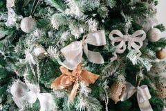 Licht von den Girlanden Weihnachtsbaum verzierte Ballnahaufnahme Stockfoto