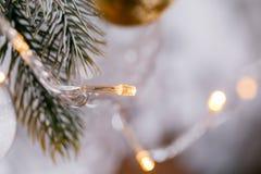 Licht von den Girlanden Weihnachtsbaum verzierte Ballnahaufnahme Stockbilder