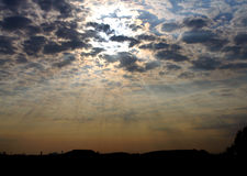 Licht zwischen Wolken Lizenzfreies Stockbild