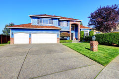 Lichtblauw huis buiten met baksteenversiering en tegeldak Stock Foto's