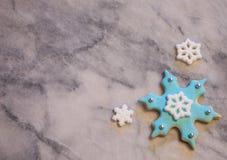 Lichtblauw Sneeuwvlokkoekje op Grijze en Witte Marmeren Achtergrond Royalty-vrije Stock Afbeelding