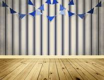 Lichtblauwe achtergrond met blauwe wimpelsslinger Stock Foto