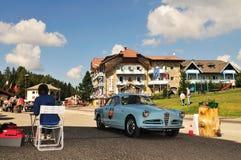 Lichtblauwe Alpha- Romeo Giulietta Sprint in Passo Di Costalunga Royalty-vrije Stock Foto