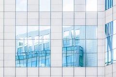 Lichtblauwe bezinningen van gebouwen stock afbeeldingen