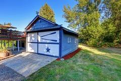 Lichtblauwe garage met decoratieve versiering Stock Foto