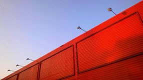 Lichtblauwe hemel en de oranje bouw Stock Afbeelding