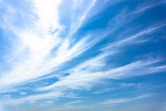 Lichtblauwe hemel met strook witte wolk royalty-vrije stock foto's