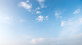 Lichtblauwe hemel met uiterst kleine pluizige wolken Stock Foto
