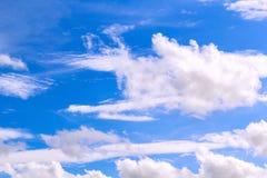 Lichtblauwe hemel met witte wolkenachtergrond Stock Foto's