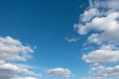 Lichtblauwe hemel met wolken Stock Foto