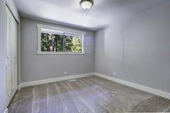 Lichtblauwe lege ruimte met venster Stock Afbeelding