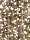 Lichte achtergrond met gloeiende vlekken wit en geel op de Gouden oppervlakte, die ongelijk over het beeld wordt verdeeld royalty-vrije stock foto's
