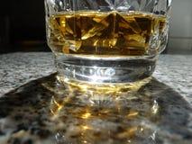 Lichte bezinning meer dan een glas bourbon Stock Fotografie