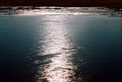 Lichte bezinning over water Stock Afbeelding