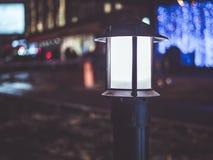 Lichte dark van de nachtstad in de straten Royalty-vrije Stock Afbeeldingen