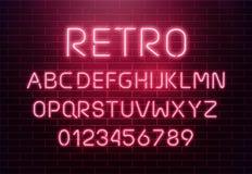 Lichte de brievenreeks van de neondoopvont Het vectortype van barteken Gloeiend casino en bioskoop rood tekstalfabet op bakstenen Stock Foto
