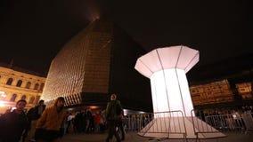 Lichte die installatie Smycka (Lijn) door Michal Pustejovsky bij het het Signaal lichte festival 2016 wordt getoond van Praag stock videobeelden