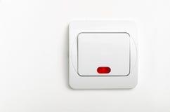 Lichte die schakelaar met rood op witte muur wordt geleid Stock Foto
