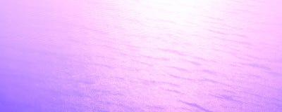 Lichte en abstracte purpere roze golvenachtergrond stock afbeeldingen