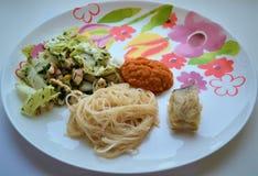 Lichte en gezonde lunch met groenten, vissen en courgettedeegwaren royalty-vrije stock afbeelding