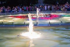 Lichte en muzikale fontein bij nacht in actie in Pyatigorsk Stock Foto