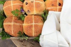 lichte gevoelige heerlijke Engelse Pasen-broodjes met een kruis royalty-vrije stock afbeeldingen