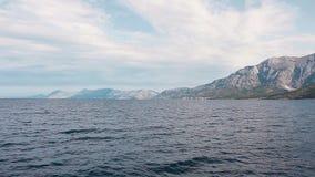 Lichte golven van witte rotsen in het Adriatische Overzees dalmatië Kroatië stock footage