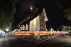 LICHTE het GOLVEN RITE in Sala Loi Temple-kerken Stock Afbeelding