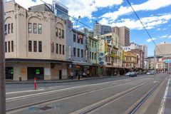 Lichte het spooreinden van Sydney bij de Markten van de Padie Het lichte het spoornetwerk van Sydney dient de Australische stad v stock foto