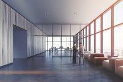 Lichte houten wachtkamer, leunstoelen, mensen Royalty-vrije Stock Afbeeldingen