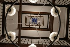 Lichte inrichting in een traditioneel riadhuis, Marokko royalty-vrije stock afbeeldingen