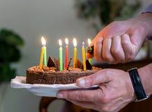 Lichte kaarsen op het concept van de verjaardagscake Stock Afbeelding